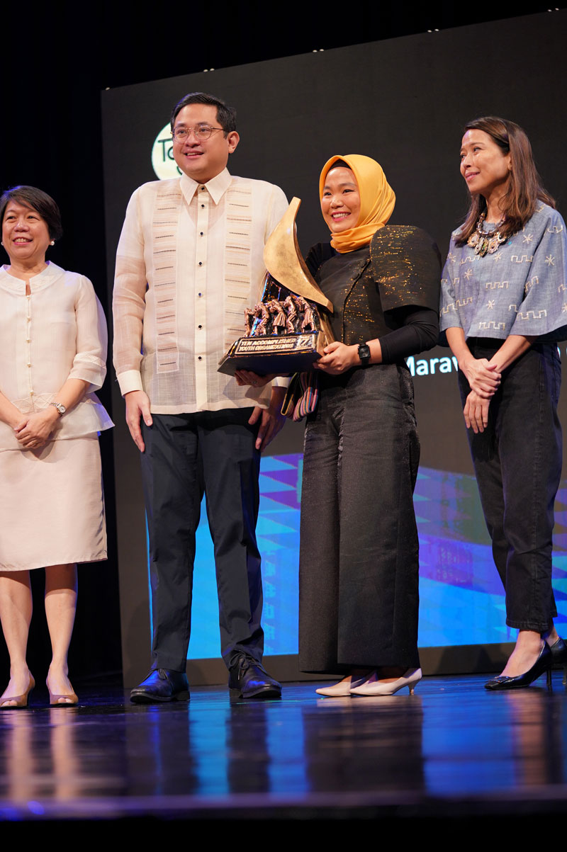 FBLP 2 Fellow Jai Hadji S. Sapiin receives the 17th TAYO Awards trophy from former Sen. Bam Aquino