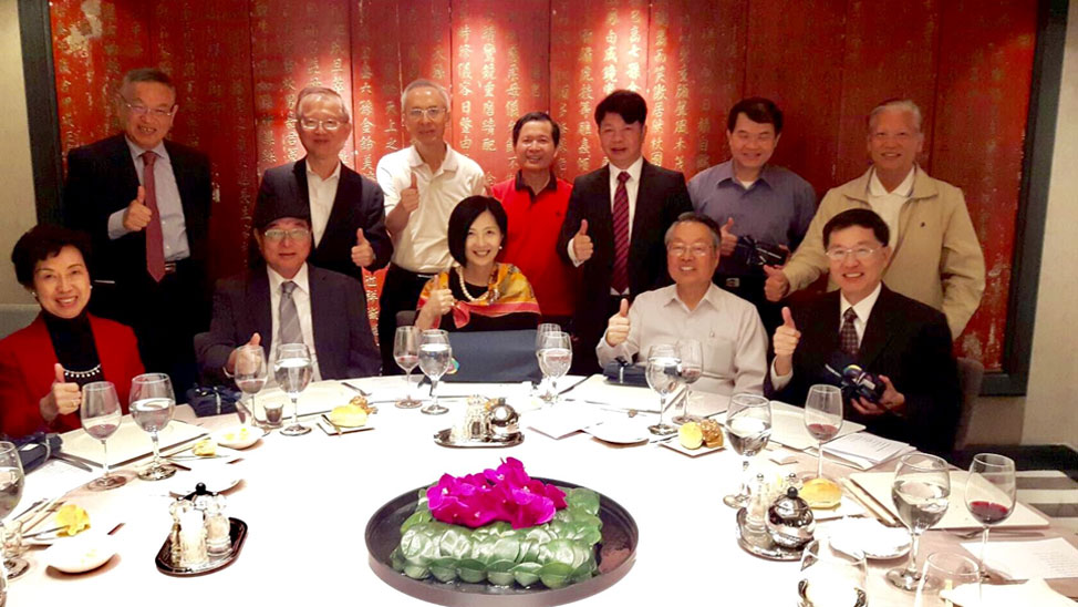 Seated, from left: Jacinta Meng (MBM 85), Wenent Pan (TMP 88), Dr. Jikyeong Kang, Stan Shih, Patrick Hsiao (MM 90). Standing, from left: Wei-Han Mo (MM 91), PC Chen (MM 95), Tony Chien (MM 79), George Lai (MBM 75), Don Chen (BMP 90), Tze-Hao Chang (MM 97), James Lin (MM 83).